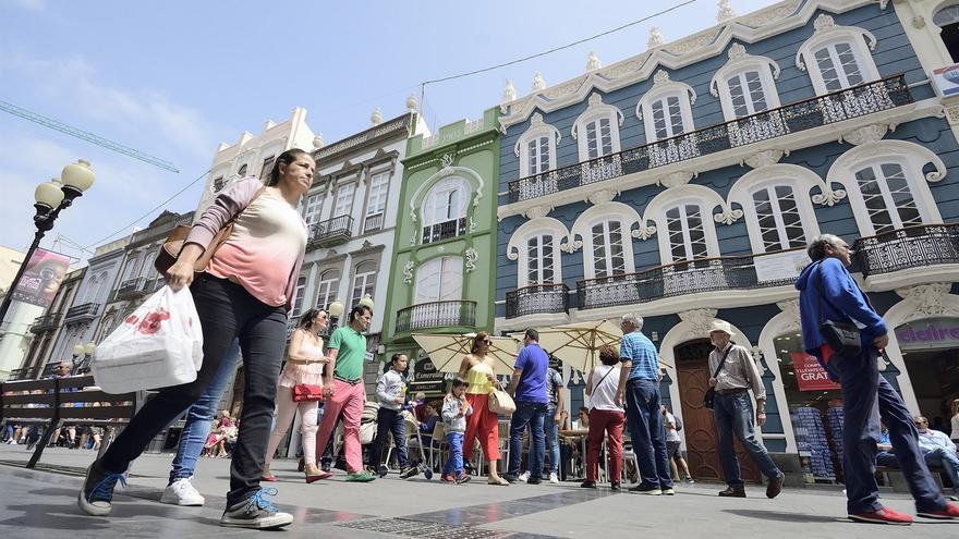 Ciudadanos pasean en una vía comercial de la capital grancanaria