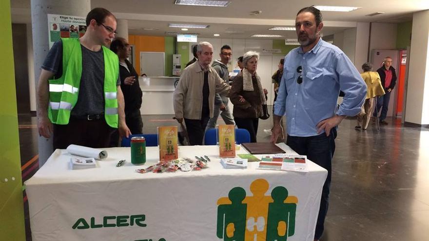 Integrantes de Alcer Cantabria durante una campaña en el hospital de Valdecilla