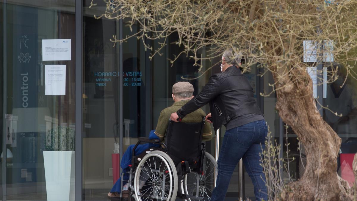 Anciano en silla de ruedas.