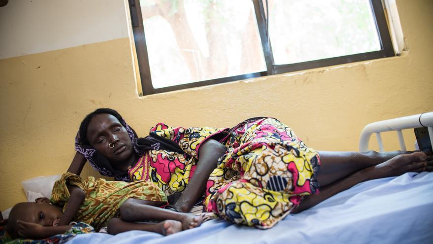 Al Zara es de Mainok, un pueblo en el estado de Borno atacado con frecuencia por Boko Haram. Su hijo, padre de dos niñas, fue asesinado durante uno de los ataques. Al Zara está en el Centro de Nutrición Intensivo que MSF gestiona en Damaturu, en el vecino estado de Yobe, con su nuera y sus dos nietas, ambas con desnutrición aguda severa. Las niñas fueron derivadas desde Beni Shiekh, una localidad situada en el oeste de Borno, donde en los últimos meses se han instalado miles de desplazados internos huyendo de la violencia. Fotografía: Ikram N'gadi.