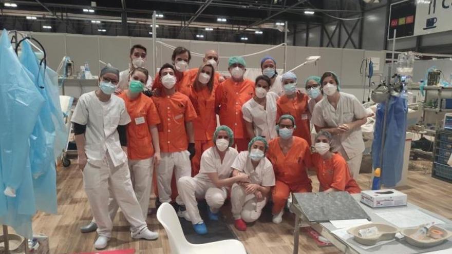 Fotografía facilitada este viernes por la Comunidad de Madrid que muestra el equipo médico que ha participado en la primera intervención quirúrgica en el Hospital temporal instalado en Ifema y en la que también ha participado Eduardo Raboso, diputado del PP y otorrinolaringólogo del hospital de La Princesa.
