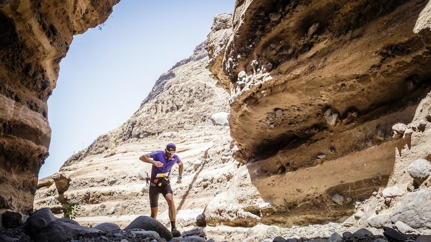 Un corredor a su paso por un espectacular paisaje rocoso. Foto: MIGUEL ÁNGEL LÓPEZ GALÁN.