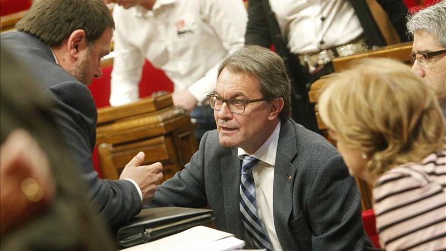 Artur Mas en el Parlament hablando con Junqueras.