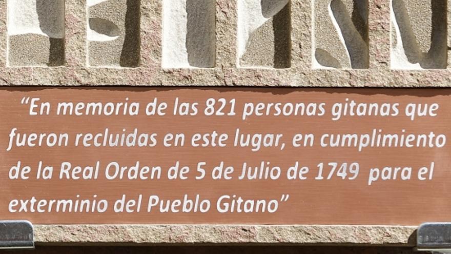 Placa situada en la sede del Gobierno de Aragón en homenaje a los gitanos presos por la orden de exterminio de Fernando VI