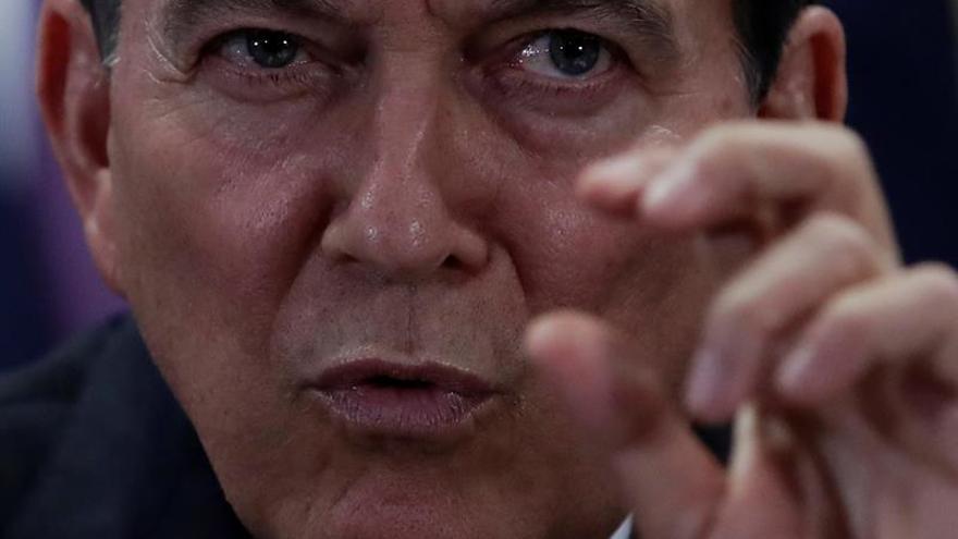 """En la imagen un registro del presidente de Panamá, Laurentino Cortizo (c), quien ha sostenido que heredó niveles de déficit fiscal superiores al 3,5 % y """"obligaciones por pagar al 31 de diciembre de 2018 por cerca de 1.100 millones de dólares""""."""