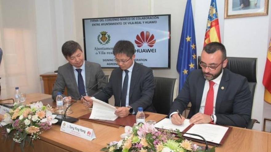 Un momento de la firma entre Huawei y el Ayuntamiento de Vila-real