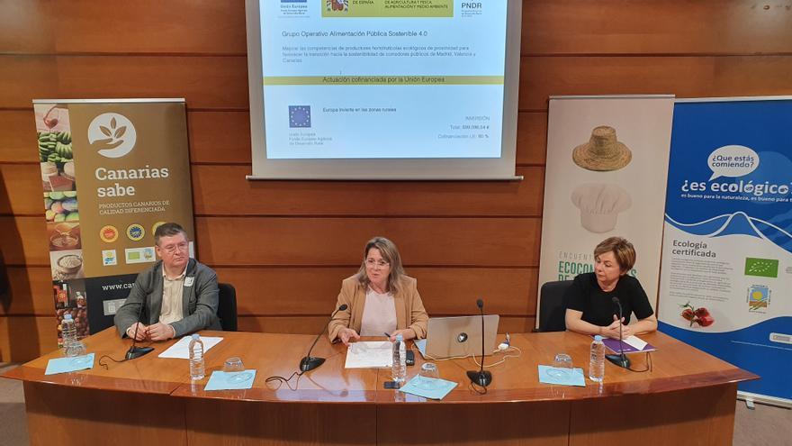 La consejera de Agricultura Alicia Vanoostende, la rectora de la Universidad de La Laguna, Rosa María Aguilar, y el director de Cáritas, Juan Roghoni Escanio