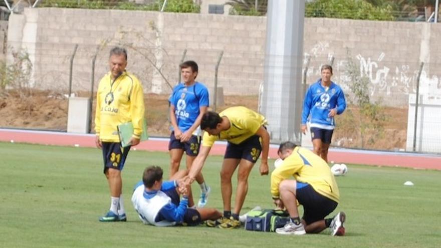 Sergio Suárez se resiente de un golpe (arriba). David García compareciendo ante los medios (abajo).