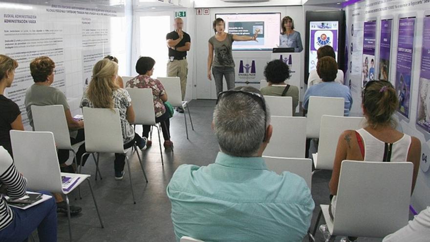 Agentes de la Ertzaintza explican los protocolos de actuación frente a la violencia de género. Foto: Irekia