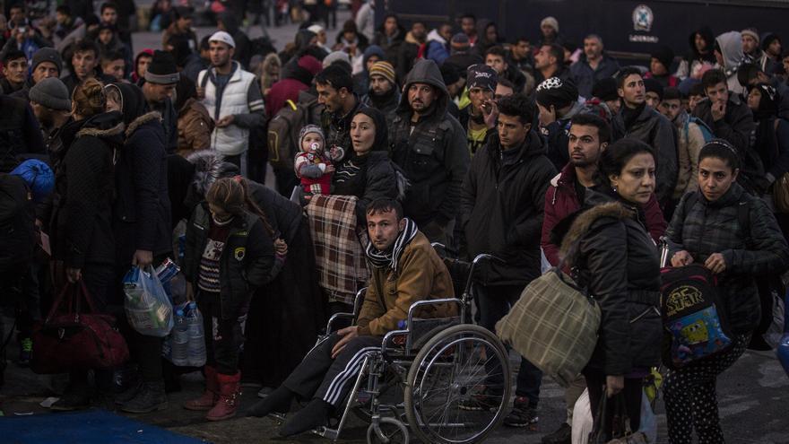 Refugiados esperan la llegada del ferry que los llevará a Atenas, tras su trayecto por el mar Egeo en el que se han jugado la vida / Foto: Olmo Calvo