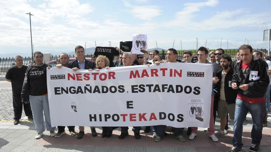 Pedro Sánchez y Eva Díaz Tezanos con los trabajadores de Nestor Martin. | BELÉN PEREDA