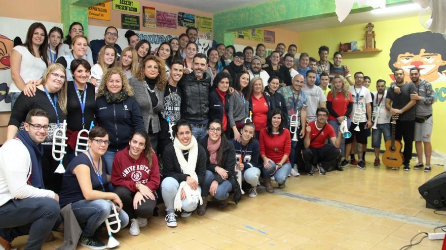Foto de familia de los integrantes de Los Rebotados con la consejera insular de Acción Social, Cristina Valido.