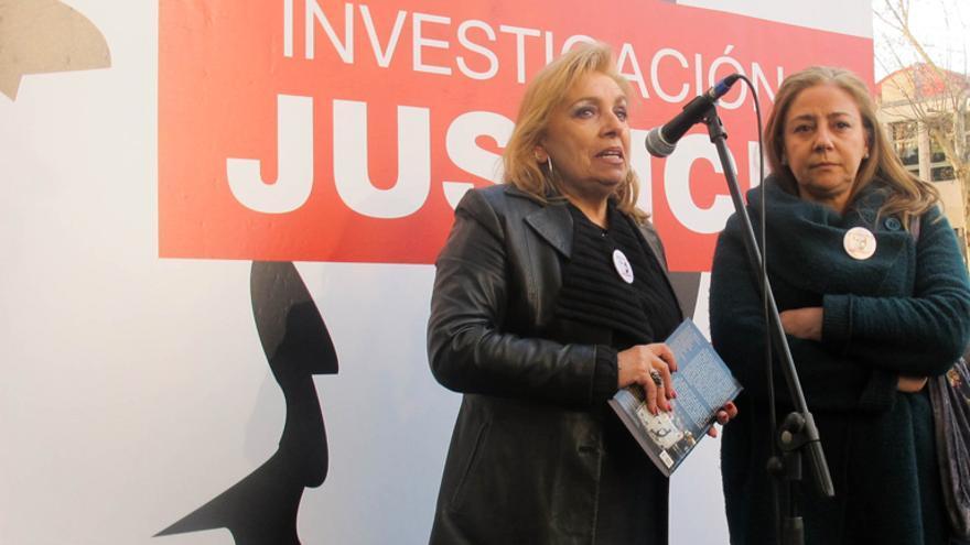 Maribel Permuy y Lola Jiménez, madre y viuda de José Couso, en abril de 2013