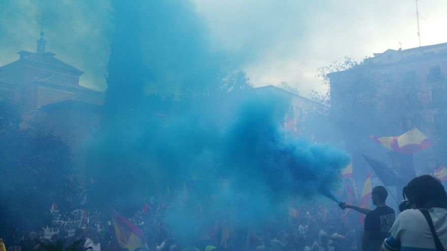 Manifestantes de una marcha neonazi autorizada por el Gobierno encienden bengalas en la Plaza del 2 de Mayo, en Madrid.   Foto: Mercedes Domenech.