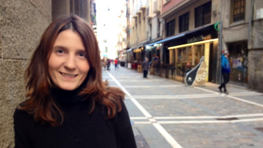 Paz Francés, a las puertas de la sede de Aranzadi en la calle Estafeta de Pamplona.