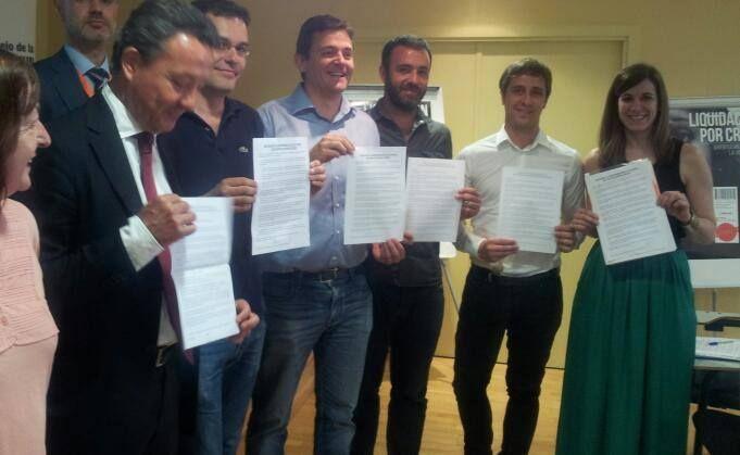 Representantes de los grupos políticos muestran el compromiso adquirido. | Foto: ACIBU