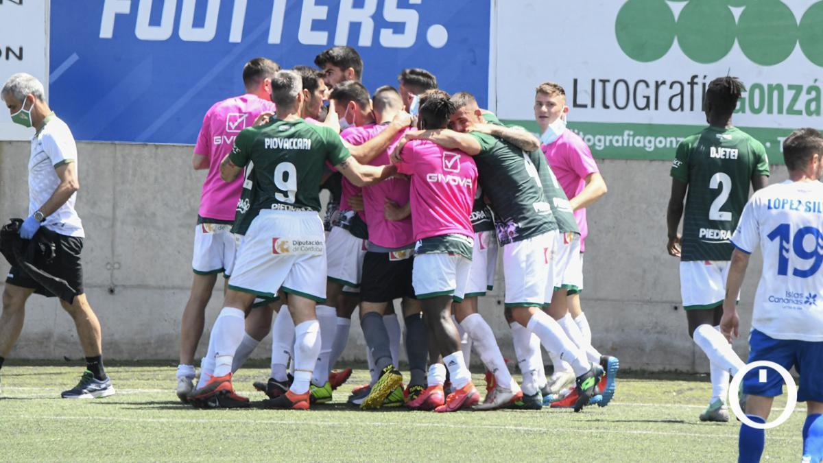 Jugadores del Córdoba celebran un gol en el Juan Guedes