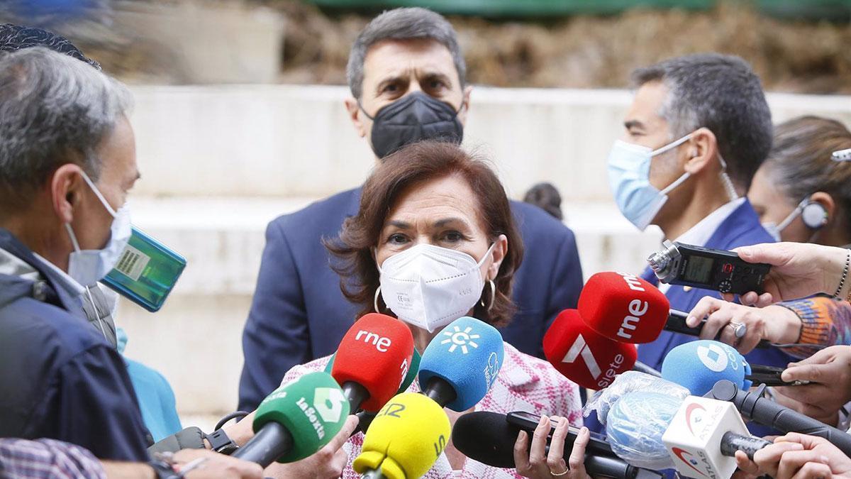 Carmen Calvo atiende a los periodistas junto a Pedro Fernández.
