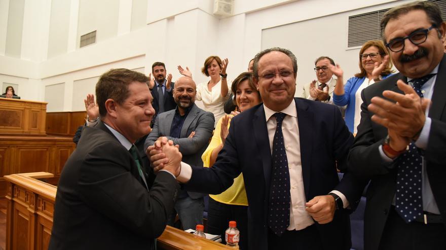 García-Page felicita al consejero de Hacienda con quien después se fundió en un abrazo, bajo la mirada de García Molina (Podemos)