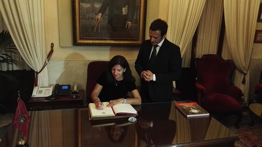 Anne Hidalgo, firmando en el despacho del alcalde de Cádiz.