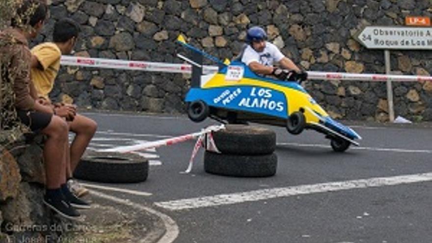 Uno de los pilotos de los carros de madera en plena competición. Fotos: José Fernández Arozena.