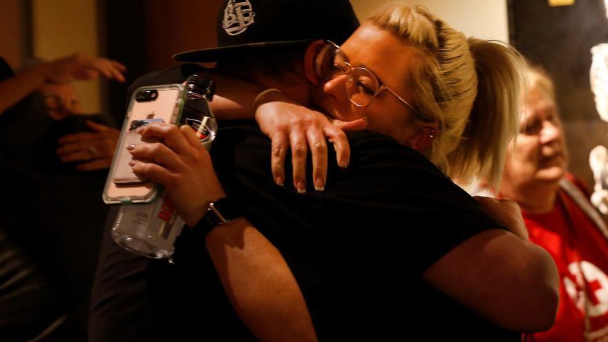 Dos personas se abrazan durante una vigilia en Thousand Oaks Civics Plaza, en memoria de las víctimas de un tiroteo masivo en California
