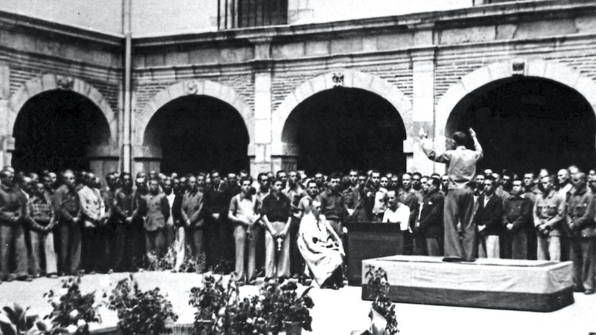 Presos en el patio del campo de concentración de San Marcos de León