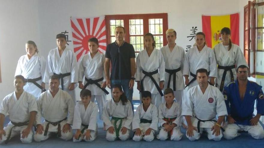 Miembros del Club Nikiomo con el Alcalde de Villa de Mazo, José María Pestana.