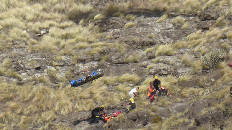 Un momento del rescate de la mujer de 30 años fallecida este domingo en Agaete. (Borja Vera).