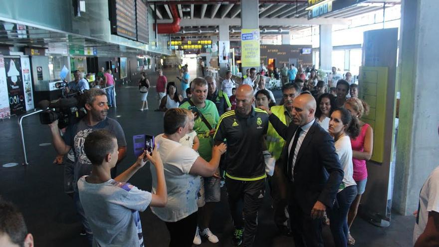 Zidane fue recibido por numerosos seguidores en el Aeropuerto de La Palma. Foto: JOSÉ AYUT.