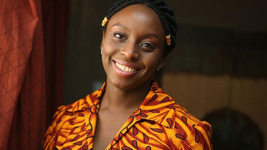 La escritora nigeriana Chimamanda Ngozi Adichie, cuyo libro 'Todos eberíamos ser feministas' inició el debate en las redes sociales. / John D. and Catherine T. MacArthur Foundation.