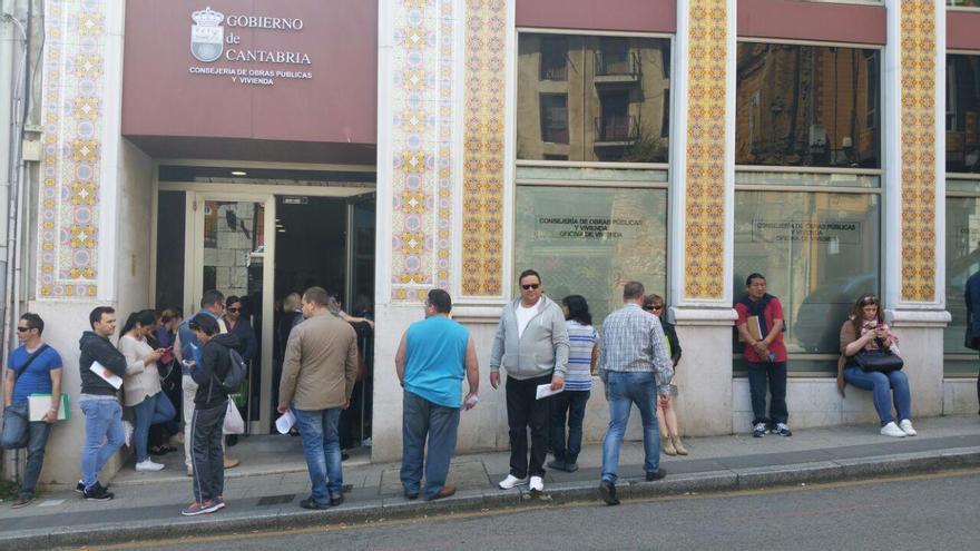 Un grupo de ciudadanos esperan a ser atendidos en la Oficina de Vivienda. | LARO GARCÍA