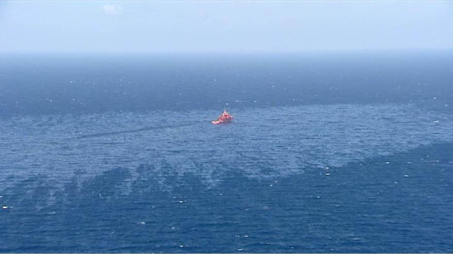 Captura del vídeo cedido por la 'Radio Televisión Canaria' a 'Canarias Ahora' en el que se aprecia la mancha de fuel del 'Oleg Naydenov' (CANARIAS AHORA)