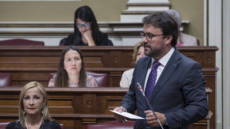 El presidente del PP en Canarias, Asier Antona, durante un pleno en el Parlamento regional.