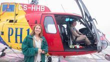 La consejera de Medio Ambiente, Inés Jiménez, y la piloto Marlene Nogueira con uno de los helicópteros del Cabildo de Gran Canaria