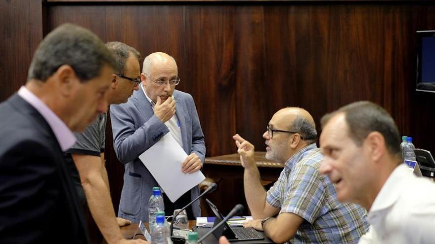 El presidente del Cabildo de Gran Canaria, Antonio Morales (2i), presidió la reunión con los municipios.