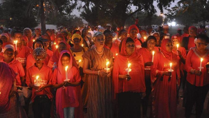 Varias mujeres nigerianas sostienen velas durante una vigila para pedir la liberación de las niñas secuestradas hace más de 2 años en Chibok. EFE