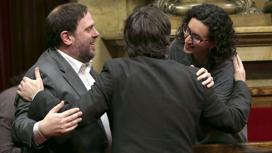 Carles Puigdemont, es felicitado por los lideres de ERC, Oriol Junqueras y Marta Rovira, tras ser investido presidente de la Generalitat el 10 de enero de 2016