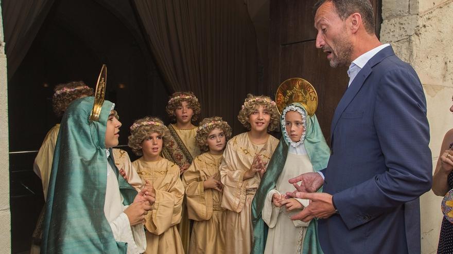 El alcalde de Elche, el socialistas Carlos González, con niños cantores del Misteri