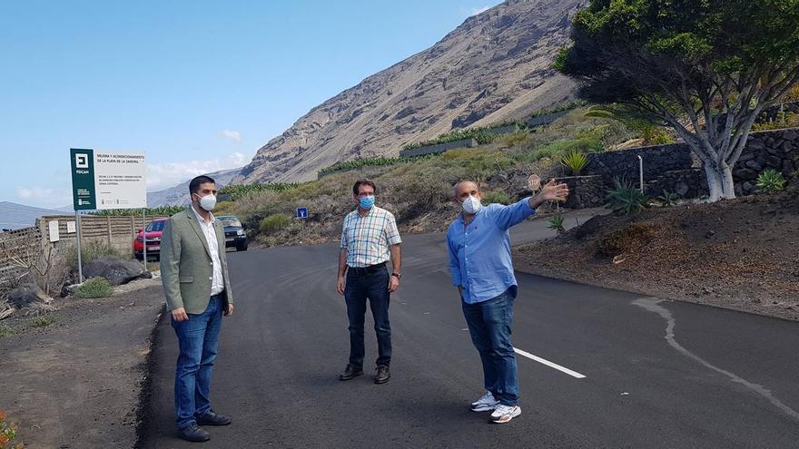 Borja Perdomo, consejero de Infraestructuras del Cabildo de La Palma (i) y el vicepresidente de la institución insular, José Adrián Hernández (c) en la carretera de la costa de Fuencaliente.