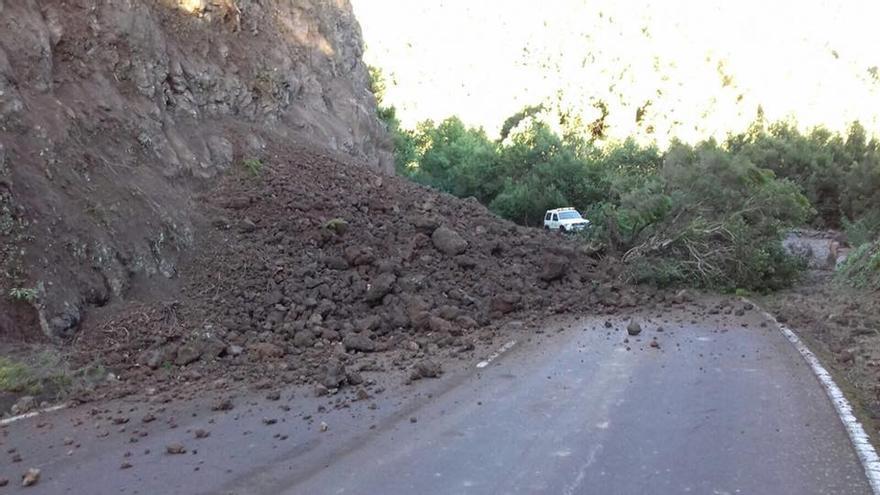 Imagen del derrumbe registrado en la tarde de este jueves en la carretera de la Cumbre. Foto. J.G.