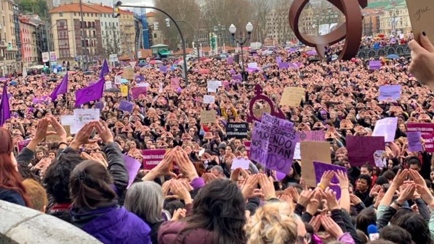 Un momento de la concentración durante la huelga feminista, en Bilbao.