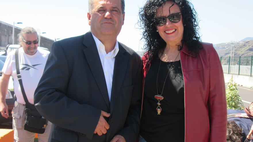 José Luis Perestelo (CC) y Nieves Rosa Arroyo (PP) apoyaron el acto pero no se subieron a la silla de ruedas. Foto: LUZ RODRÍGUEZ.