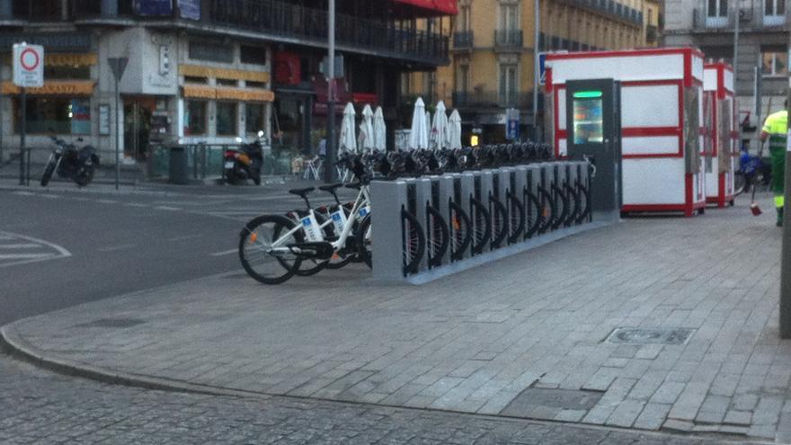 Estación de BiciMad en la plaza de Santo Domingo a primera hora de la mañana