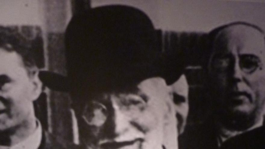 Fotografía de Ramón Pelayo de la Torriente, marqués de Valdecilla, con motivo de su visita a la extinta Fiesta de la Flor.