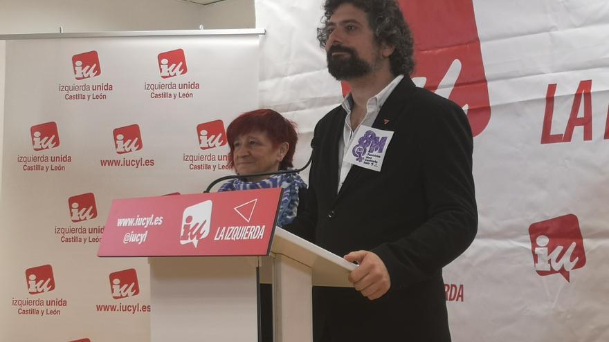 José Sarrión, junto a la responsable de Feminismo de IU en Castilla y León.