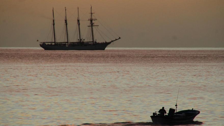 El buque-escuela Juan Sebastián Elcano en su aproximación al puerto de la capital. Foto: JOSÉ AYUT