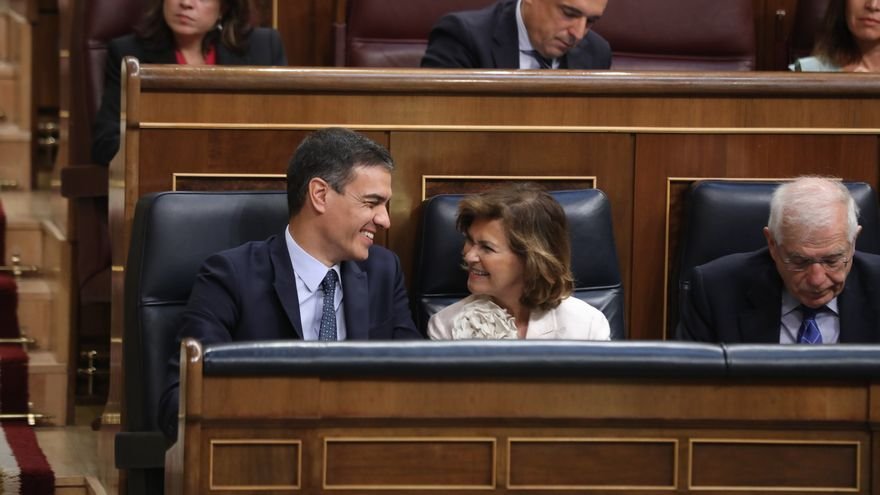 Pedro Sánchez y Carmen Calvo, en el debate de investidura de julio.