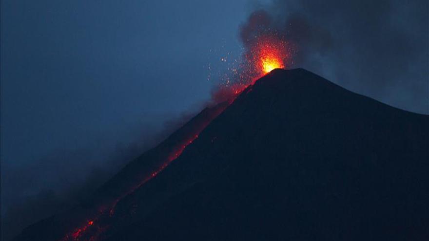 El volcán de Fuego de Guatemala mantiene la efusión de lava