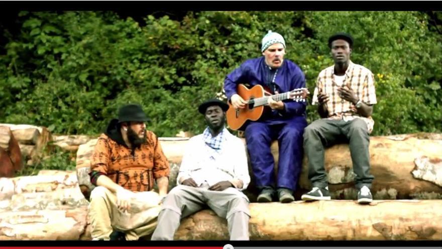 Fotograma del último videoclip de Benation junto con Kutxi Romero (Marea) y Javier Etxeberría (Vendetta).